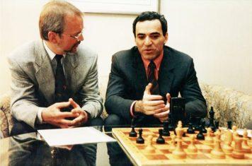 Dr. Helmut Pfleger beim Interview mit Weltmeister Garry Kasparow